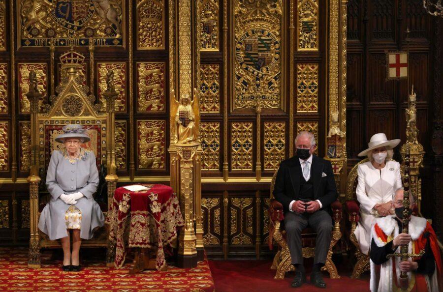 Kraljica Elizabeta II. se je pojavila prvič po smrti princa Philipa, nič več ni isto