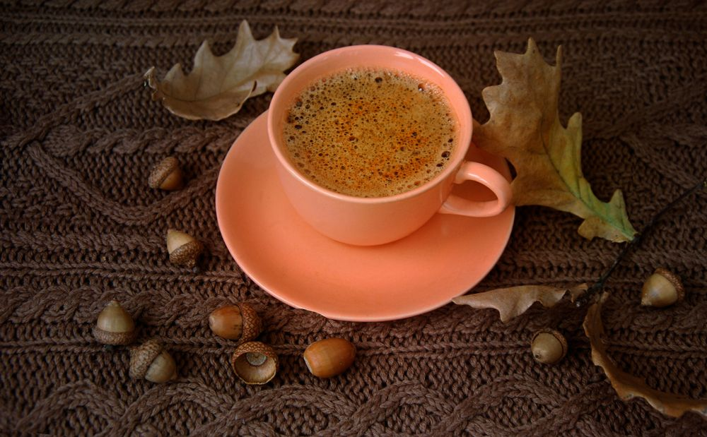 A,Ceramic,Cup,Of,Coffee,,Dry,Autumn,Oak,Leaves,And