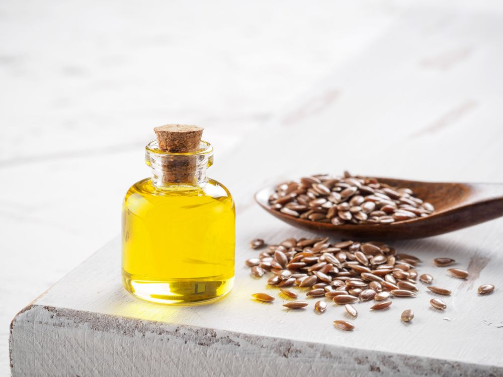 Brown,Flax,Seeds,In,Spoon,And,Flaxseed,Oil,In,Glass